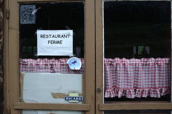 ILLUSTRATION / A partir de ce soir minuit, sur les devantures de tous les restaurants et bars de l'île, le même écriteau...