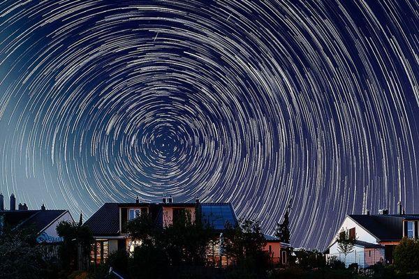 """Quand le confinement inspire les photographes. Tout s'arrête, sauf le mouvement de la Terre, et des étoiles (vue du ciel dite """"circumpolaire"""")."""