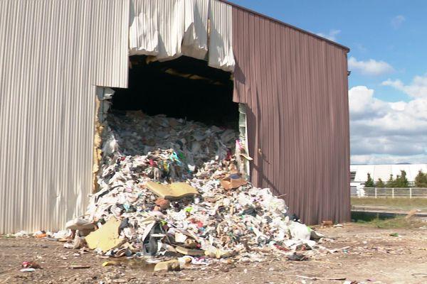 A Loriol-sur-Drôme, dans la Drôme, l'entreprise spécialisée dans le tri des déchets qui exploite le site n'a pas honoré son contrat.