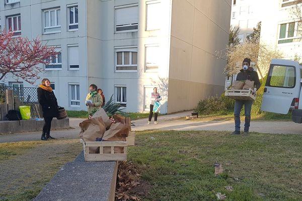 Lors du premier confinement, les habitants ont fait appel à un producteur local pour distribuer des paniers de légumes au pied des immeubles,