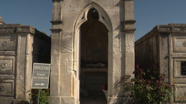 François Mitterrand est enterré dans le caveau familial au cimetière de Jarnac (Charente)