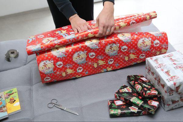 Une fois remplie, la boîte à chaussure doit être emballée dans un joli papier-cadeau (mais ce n'est pas grave s'il est moche).