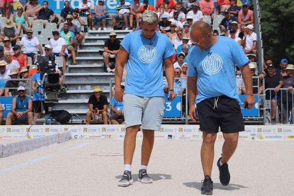 La Marseillaise à pétanque 2019, Jean-Michel Puccinelli briefe son tireur Tyson Molinas, qui va devoir pointer pour la gagne (5e partie).