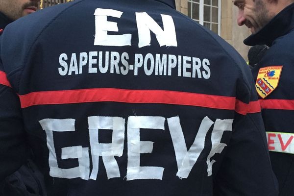 Des sapeurs-pompiers rassemblés place Stanislas.
