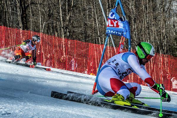 Thomas Tumler (Suisse) en lutte avec le skieur canadien Trevor Philipp lors du slalom géant parallèle de la Coupe du monde de ski alpin FIS à Chamonix, le 9 février 2020.