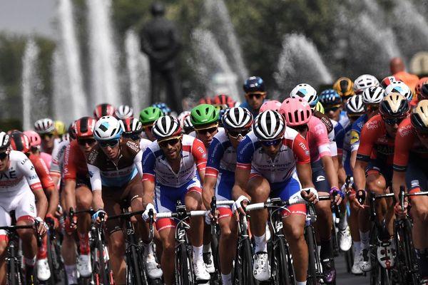 Le peloton du Tour de France 2019, le 6 juillet à Bruxelles (B).