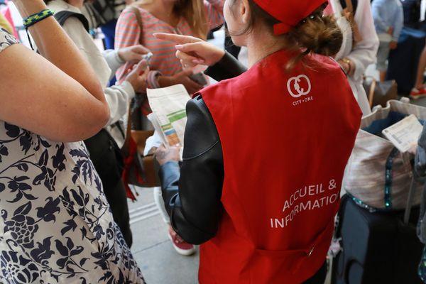 Des agents en gilets rouges sont déployés dans les gares pour informer les voyageurs.