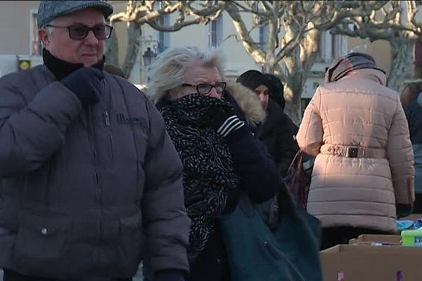 Des habitants de Pierrelatte sur la marché ce vendredi matin