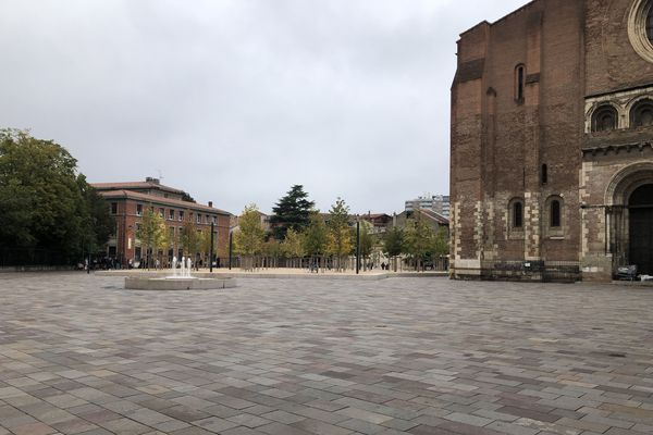 Il y avait comme un air de couvre-feu devant la basilique Saint-Sernin de Toulouse, le jeudi 15 octobre.