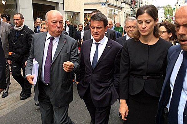 Jean-Pierre Door, député-maire (LR) de Montargis, et Manuel Valls ont rencontré riverains et commerçants sinistrés par les inondations de juin.