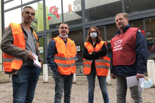 Près d'une trentaine de salariés du magasin Auchan de Saint-Herblain ont débrayé ce vendredi matin.