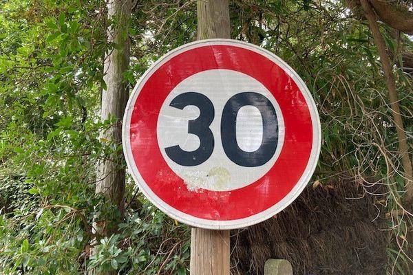 Ce genre de panneau va fleurir dans les rues de Bordeaux dans les mois qui viennent puisque la limitation à 30km/h sera imposée dans 89% de la ville.