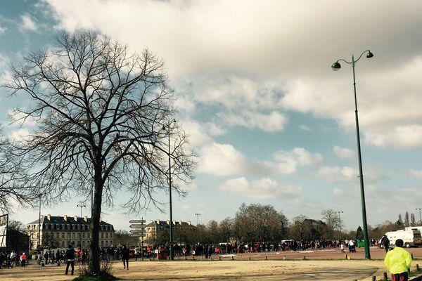 Les coureurs du semi-marathon de Paris aux abords du Bois de Vincennes