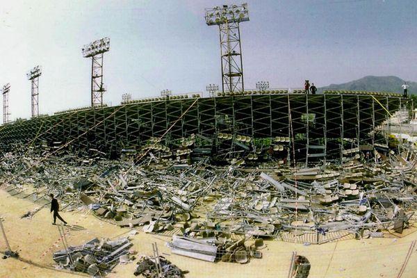 La tribune du stade de Furiani, le 6 mai 1992, au lendemain du drame qui fit 18 morts et plus de 2 300 blessés