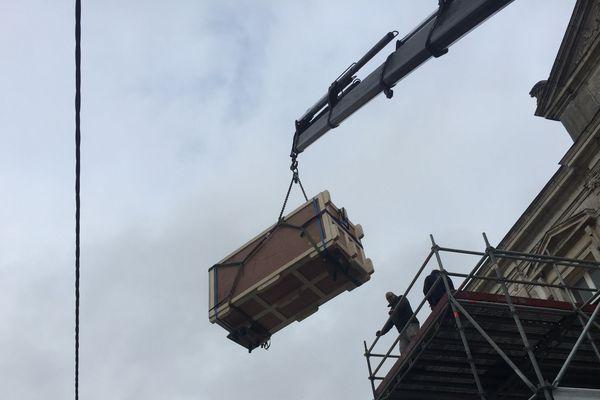 La sculpture Saint-Sébastien quitte le musée de La Roche-sur-Yon par les airs