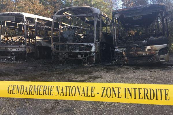Cinq bus ont été ravagés par les flammes.