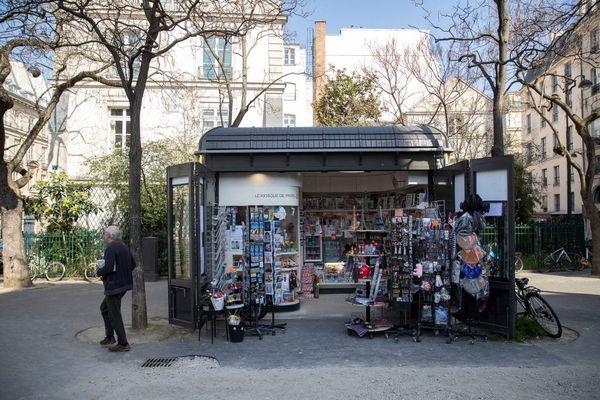 La baisse de la fréquentation touristique a lourdement impacté les kiosquiers parisiens.