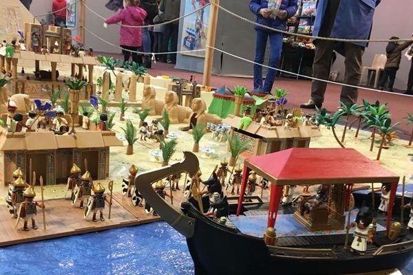 L'exposition à la halle aux Toiles à Rouen présente plusieurs tableaux de Playmobils