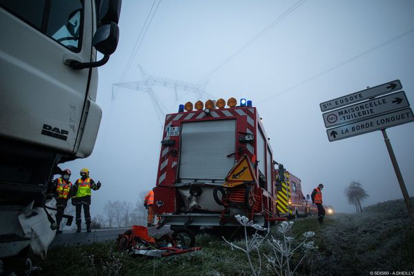 Un poids lourd a percuté ce lundi matin un véhicule de secours routier (centre) qui a été projeté dans le véhicule de secours aux victimes situé devant.