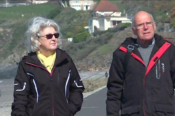 Greg et Maureeen sur la jetée à Saint-Pair sur mer (Manche) en mars 2019.