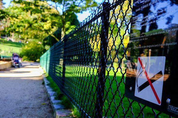 Le tabac a d'abord été interdit dans les aires de jeux pour enfants, comme ici à Paris.