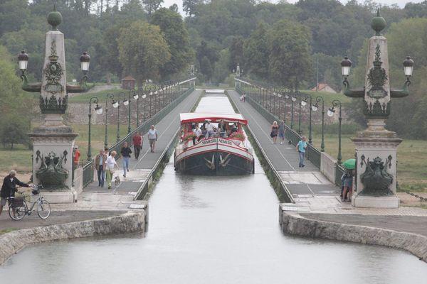 Depuis sa mise en service, en 1896, le pont-canal de Briare n'a jamais connu de travaux de rénovation aussi importants.