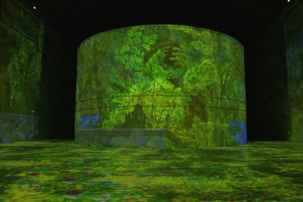 12 000 m2 d'exposition à la base sous-marine de Bordeaux. Les projections numériques se reflètent dans l'eau des bassins à flot.