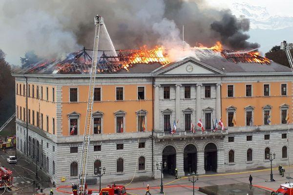 Le toit de la mairie est en grande partie détruit
