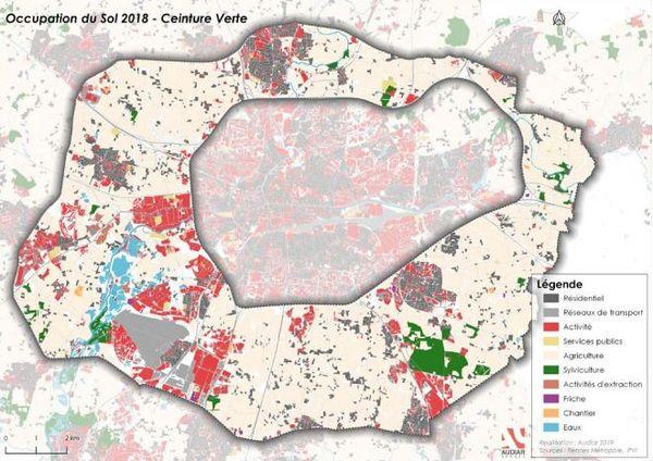 La ceinture verte autour de Rennes. Les terrains agricoles y figurent en blanc. Si l'élevage laissait des terres au profit du maraîchage, les habitants de la métropole pourraient se procurer des fruits et légumes en circuit court.