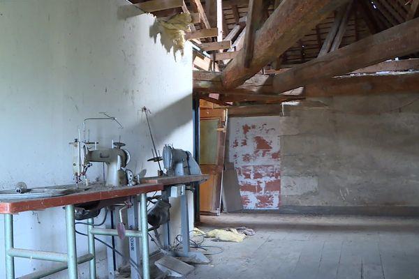 Sous les combles, d'anciennes machines à coudre autrefois utilisées par les bonnes sœurs du couvent.