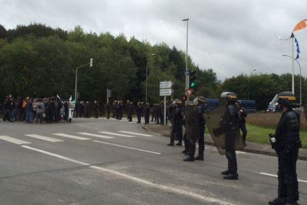 Les forces de l'ordre empêchent les militants de s'approcher du parc de Penfeld où se tient l'université d'été du PS