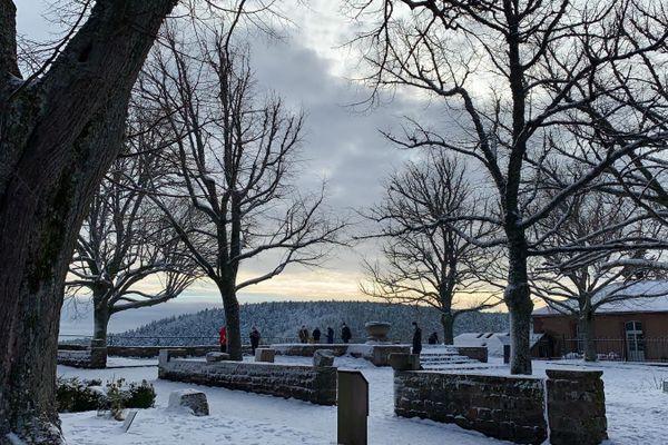 Une poignée locale de touristes a arpenté le mont Sainte-Odile pour démarrer sa nouvelle année 2021.