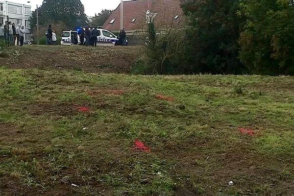 La voiture dans laquelle un homme a été tué par le tir d'un gendarme, dans la nuit du 27 au 28 septembre, se situait sur ce terrain vague rue Voltaire à Billy-Montigny.