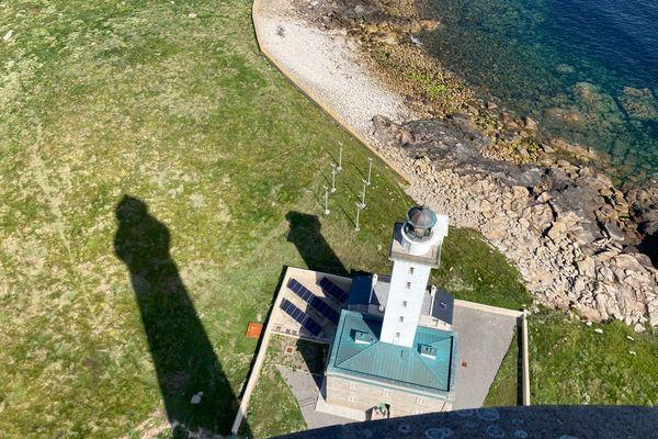 L'ancien phare de l'île vierge, à l'ombre de son grand frère