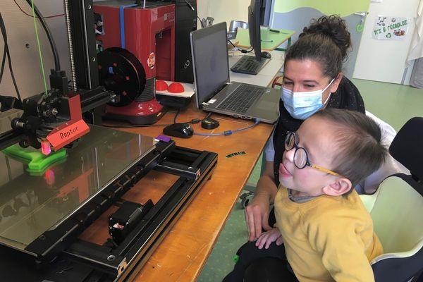 Chez Altylab, l'imprimante 3D permet de réaliser rapidement des aides techniques sur mesure