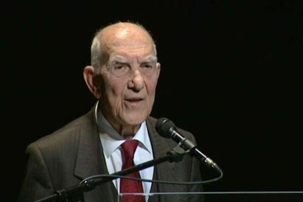 Stéphane Hessel lors d'une conférence au théâtre d'Auxerre en avril 2011