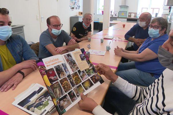 Ateliers et sorties sont consignées dans un journal écrit par les résidents.