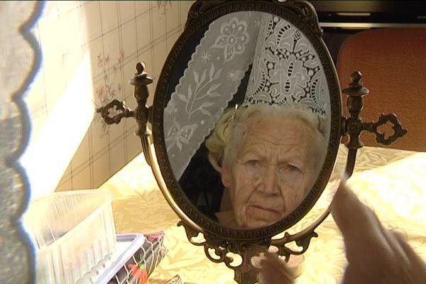 Marie Louise Lopéré, chez elle à Penmarc'h : elle maîtrisait l'art délicat de mettre sa coiffe Bigoudène .