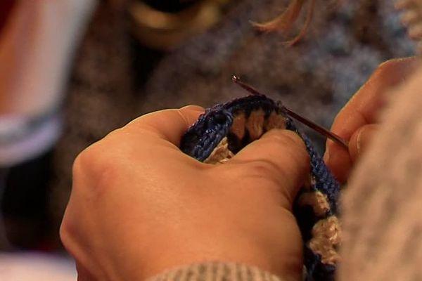 Les participantes tricotent des bonnets, écharpes et autres accessoires. Certaines créations seront données à une association qui organise des maraudes.