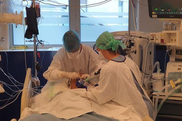 Au CHU de Clermont-Ferrand, les soignants sont sous tension à l'approche du pic de la 2ème vague de l'épidémie de COVID 19.