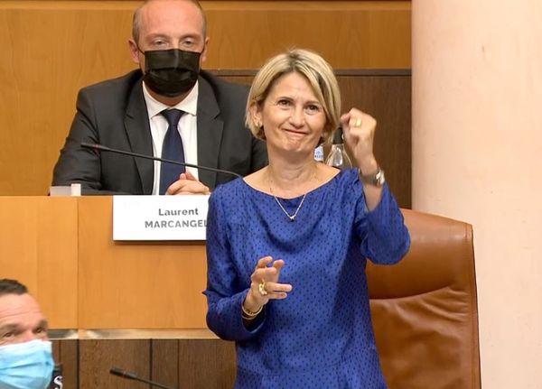 Marie-Antoinette Maupertuis saluée par les applaudissements d'une partie de l'hémicycle.