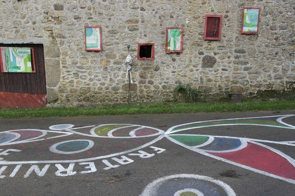 Depuis 7 ans, Christian Poincheval peint cette route devant chez lui pour interpeller les citoyens de passage