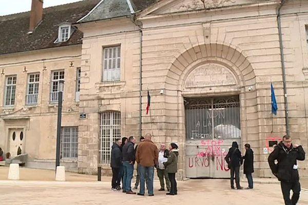 Le ministère de la Justice menace de fermer la maison centrale de Clairvaux (10), dont les travaux de rénovation viennent pourtant tout juste de s'achever.