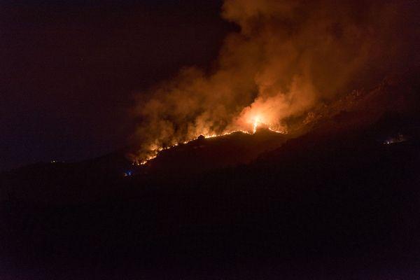 Le feu a pris sur la route de Saint Bel en fin de journée. il a été endigué vers 21 heures.