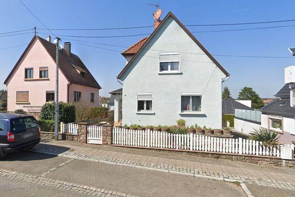 La maison où la cuisine a pris feu se trouve route d'Ohlungen, où est aussi située la caserne des pompiers de Schweighouse-sur-Moder.