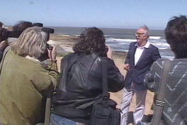 Jacques Médecin entouré de journalistes à son arrivée en Uruguay en 1990