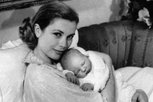 Photo prise le 18 mars 1958 à Monaco de la Princesse Grace de Monaco, tient dans ses bras son deuxième enfant, le petit prince Albert de Monaco.