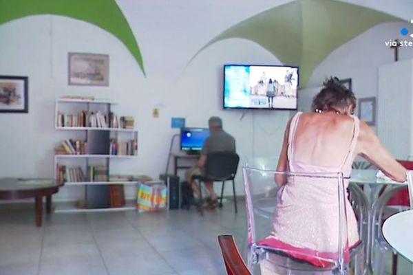 Au centre du Secours catholique d'Ajaccio, les sans-abris peuvent trouver un café, un accès internet, de quoi se doucher et faire une lessive... Mais surtout, de la compagnie.