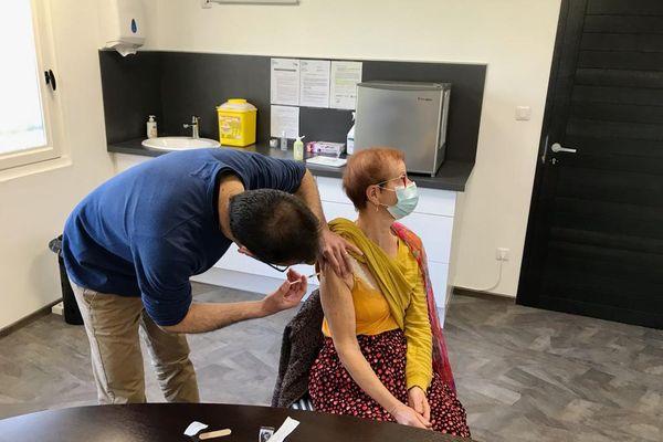 Une des premières vaccinations chez un médecin généraliste ce jeudi 25 février à Auxonne (Côte d'Or)