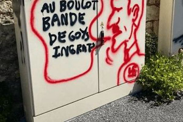 Une dizaine de tags sont apparus ce matin, dans les rues du vieux Angoulême.